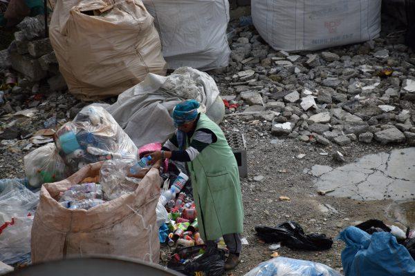Një grua rome në Selitë duke grumbulluar materiale plastike   Foto nga : Ivana Dervishi
