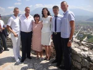 Sali Fetiu dhe Majlinda Fetiu (qendër), në një foto familjare | Foto nga : Facebook