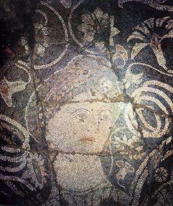 """Mozaiku i shekullit IV para erës sonë, i njohur si """"Bukuroshja e Durrësit""""."""