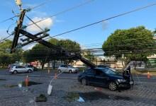 Photo of Motorista perde controle e derruba poste no Tabuleiro do Martins, em Maceió