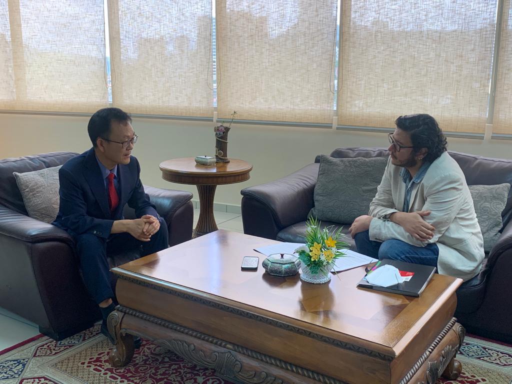 Embajador Shim Jae Hyun, explicando cómo Corea del Sur dió el salto tecnológico cuando priorizó la educación, la ciencia y la tecnología en la década de los 70's.