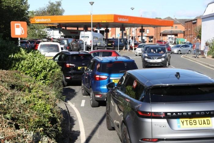 UK fuel long queue