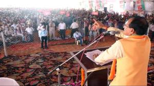 Chief Minister Shri Chouhan gave many gifts to Shivrajpur village