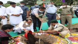 Chief Minister Shri Shivraj Singh Chouhan today launched a tree plantation campaign in the Smart City Garden along with religious leaders, public representatives and senior citizens in the Amrit Mahotsav of Azadi.