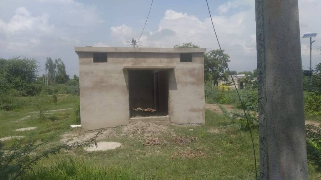 Hamirpur News: Even after spending 16 crores, community toilets are incomplete, notice to 19 secretaries