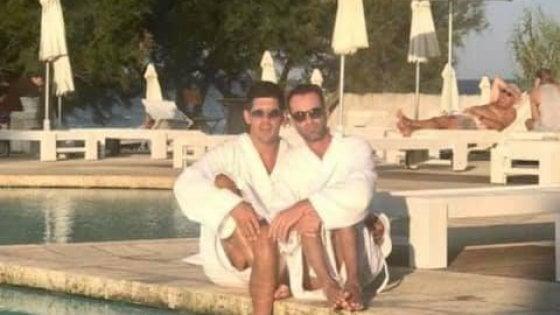 """Omofobia, coppia derisa: il resort non si scusa. """"Si sono inventati tutto"""" ma Denis e Marco: """"Abbiamo le prove"""""""