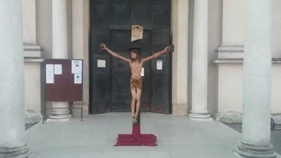 Coronavirus, a Brescello esposto il crocifisso di don Camillo