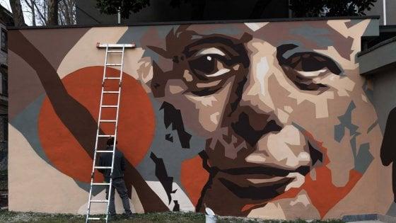 Buon compleanno Dario Fo, un maxi murale sulla sua scuola di teatro:  a Milano festa in stile Mistero Buffo