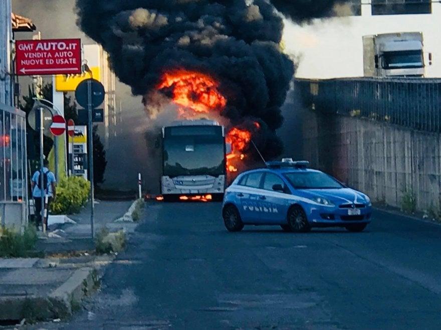 Roma, distrutti dalle fiamme due bus sulla Pontina e alla Borghesiana