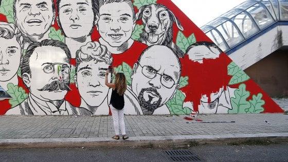 Solo qualche giorno fa, critici d'arte, esperti e appassionati si affannavano per cercare di comprendere di chi fosse la firma del murales. Ostia Il Murale Censurato Schiaffo Ai Cittadini La Repubblica