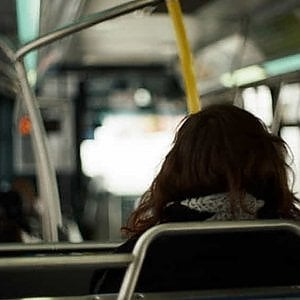 Torino, pubblica su Facebook la foto del molestatore. Il social le blocca il profilo