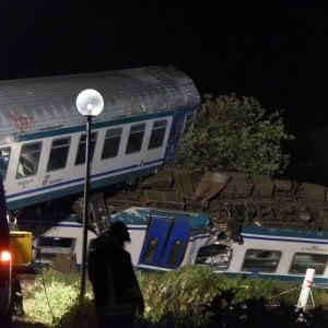 Scontro tra treno e Tir nel Torinese: 2 morti e 23 feriti, tre gravi: indagato il camionista per disastro ferroviario