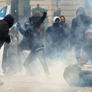"""Protestano i """"forconi"""", guerriglia a Torino. Presidi in tutta Italia. """"Avanti a oltranza"""""""