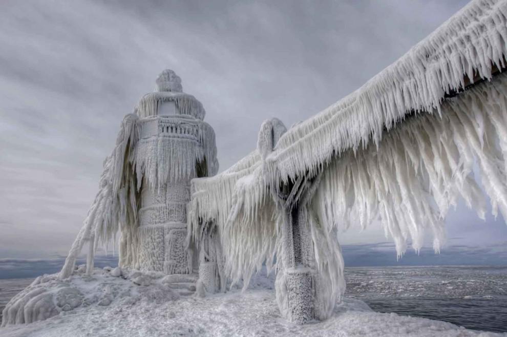 Os faróis são como esculturas de gelo mostram em Michigan