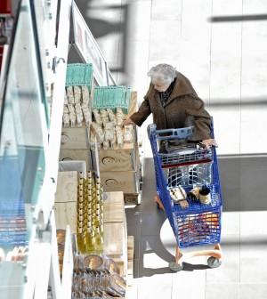 Il potere d'acquisto delle famiglie cala dell'1,1%, ma risale la propensione al risparmio