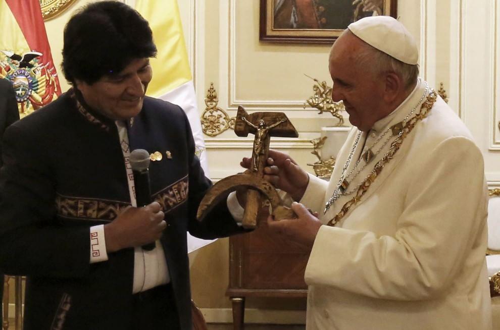 Papa Francesco, Morales gli dona un Crocifisso su falce e martello