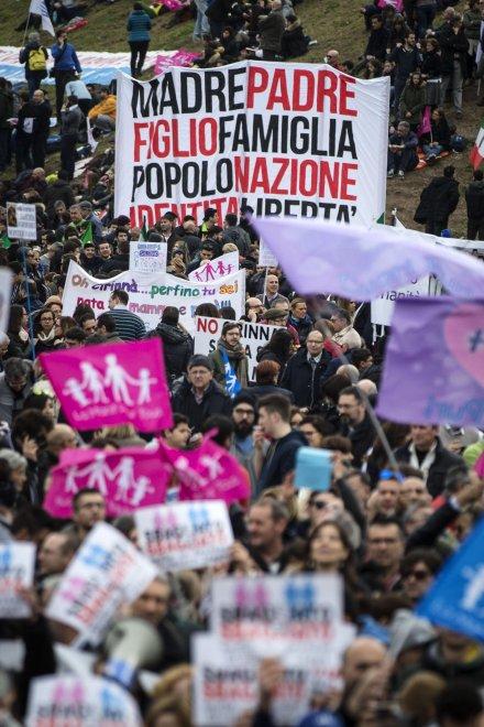 Family day al Circo Massimo:  manifesti, striscioni e politici