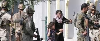 Afghanistan, kamikaze e raid in moschea sciita a Kabul: 20 morti e oltre 50 feriti