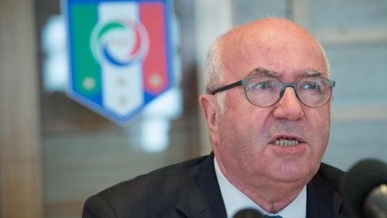 """Figc, Tavecchio si è dimesso: """"Sciacallaggio politico"""".  Malagò: ''Unica soluzione è commissariamento''"""