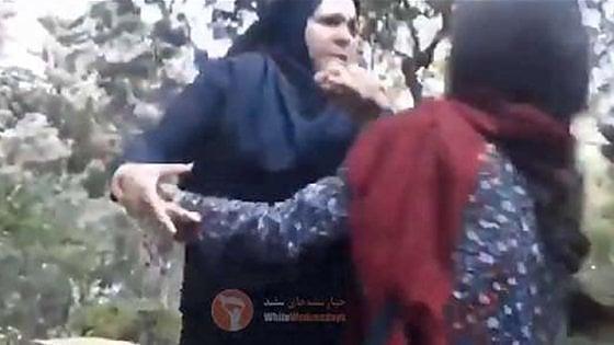 Iran, si toglie il velo e protesta: Iran Indossa Un Hijab Sciolto E Viene Schiaffeggiata Da Una Poliziotta La Repubblica