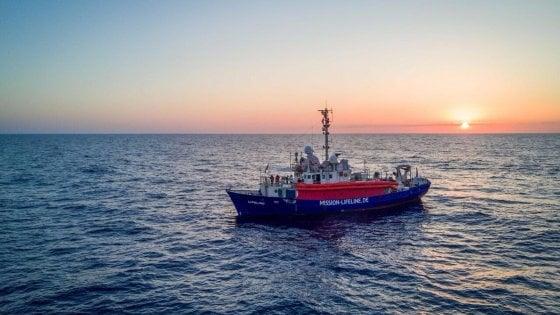 """Lifeline, l'accordo è al palo. L'ong: """"Fateci avvicinare a Malta, la gente a bordo sta male"""""""