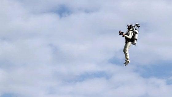 Usa, in volo sopra l'aeroporto di Los Angeles con uno zaino a razzo