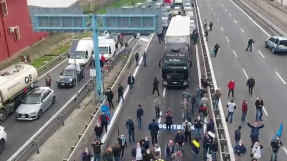 Napoli, protesta degli operai Whirlpool: bloccata l'autostrada Napoli-Roma  - la Repubblica