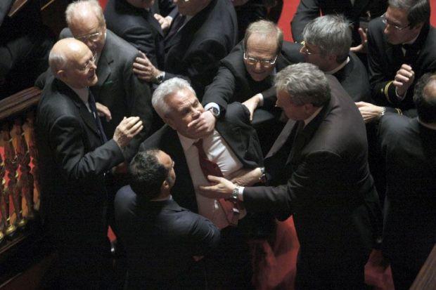 https://i1.wp.com/www.repubblica.it/2006/05/gallerie/cronaca/risse-parlamento/esterne221217312201121924_big.jpg