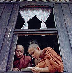 <B>Birmania, nel monastero della rivolta<br>'Noi, monaci che sfidammo il regime'</B>