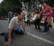 <B>Cina, rabbia dopo il terremoto<br>i boss del regime in ginocchio</B>