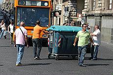 Catania, spazzini senza stipendi in strada rifiuti e guerriglia