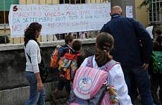 """""""No ai tagli e al maestro unico"""" La protesta delle maestre in lutto"""