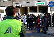 Alitalia, bloccata la Roma-Fiumicino Protesta precari, passeggeri a piedi