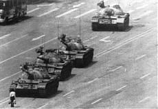 Il mistero del ragazzo che sfidò i tank a Tienanmen