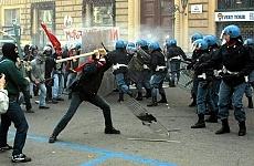 Napoli, violenze contro i no global condannati dieci  poliziotti