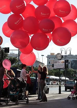 """""""Non lasciamoli andare via dal mondo"""" Un palloncino rosso per salvare i bambini"""