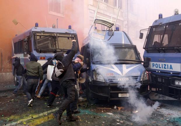 Roma, gli scontri con la polizia / 1