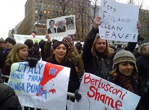 """Berlusconi contestato a Helsinki """"Qui il baciamano non funziona"""""""