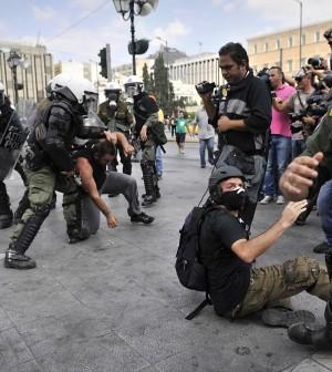 La Grecia paralizzata dallo sciopero Ad Atene scontri dimostranti-polizia