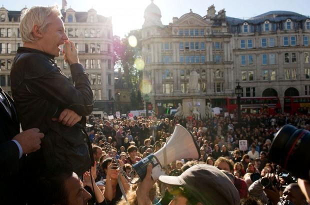 Indignati a Londra, Assange parla alla folla