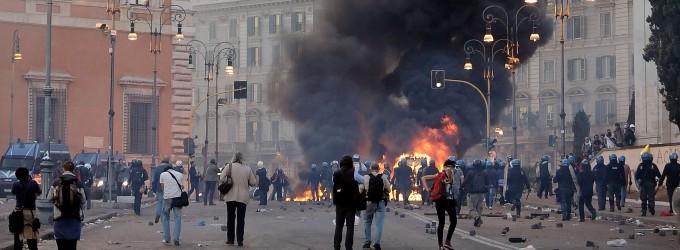 Roma,  in azione i duri dei centri sociali    Un giorno  di guerriglia . La polizia in  trappola