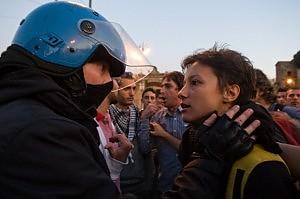 E la carezza tra la ragazza e il poliziotto diventa il simbolo dell'altra San Giovanni