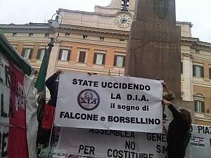 """In piazza anche gli agenti della Dia """"Il governo ci chiede di lavarci le auto"""""""
