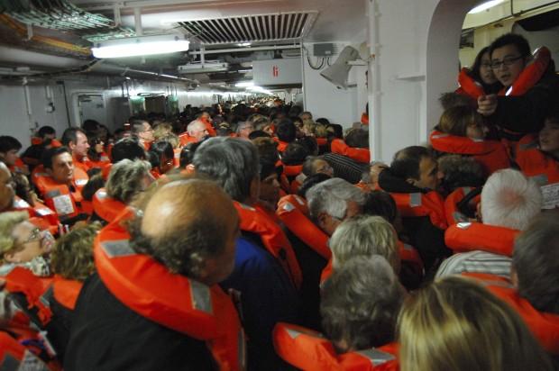 L'attente des passagers pour atteindre les chaloupes