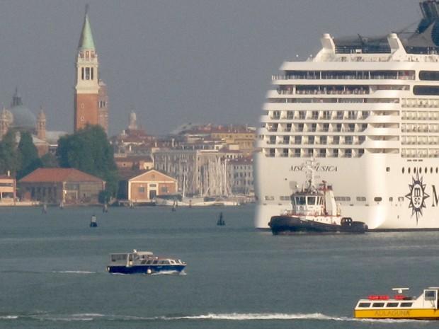 Navire Costa Croisières dans le bassin de San Marco