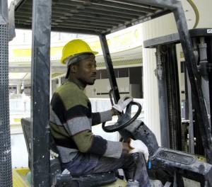 Immigrati, lavorano di più ma guadagnano di meno