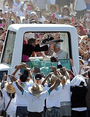 """Il papa nel Messico dilaniato dai narcos """"Basta odio e vendette, difendere la vita"""""""