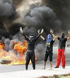 """F1, notte di scontri in Bahrein urla e striscioni contro """"il Gp di sangue"""""""