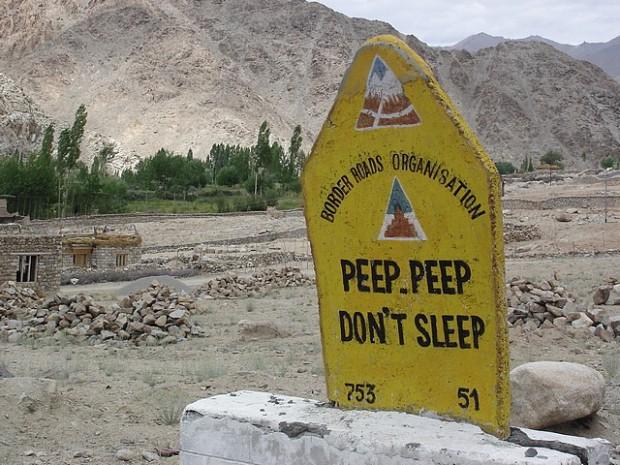 Himalaya, gli strani cartelli sul tetto del mondo
