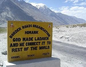 Ladakh, quei curiosi cartelli sulle strade del tetto del mondo